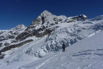 Sur le Glacier de Ferpècle, face à la Dent Blanche