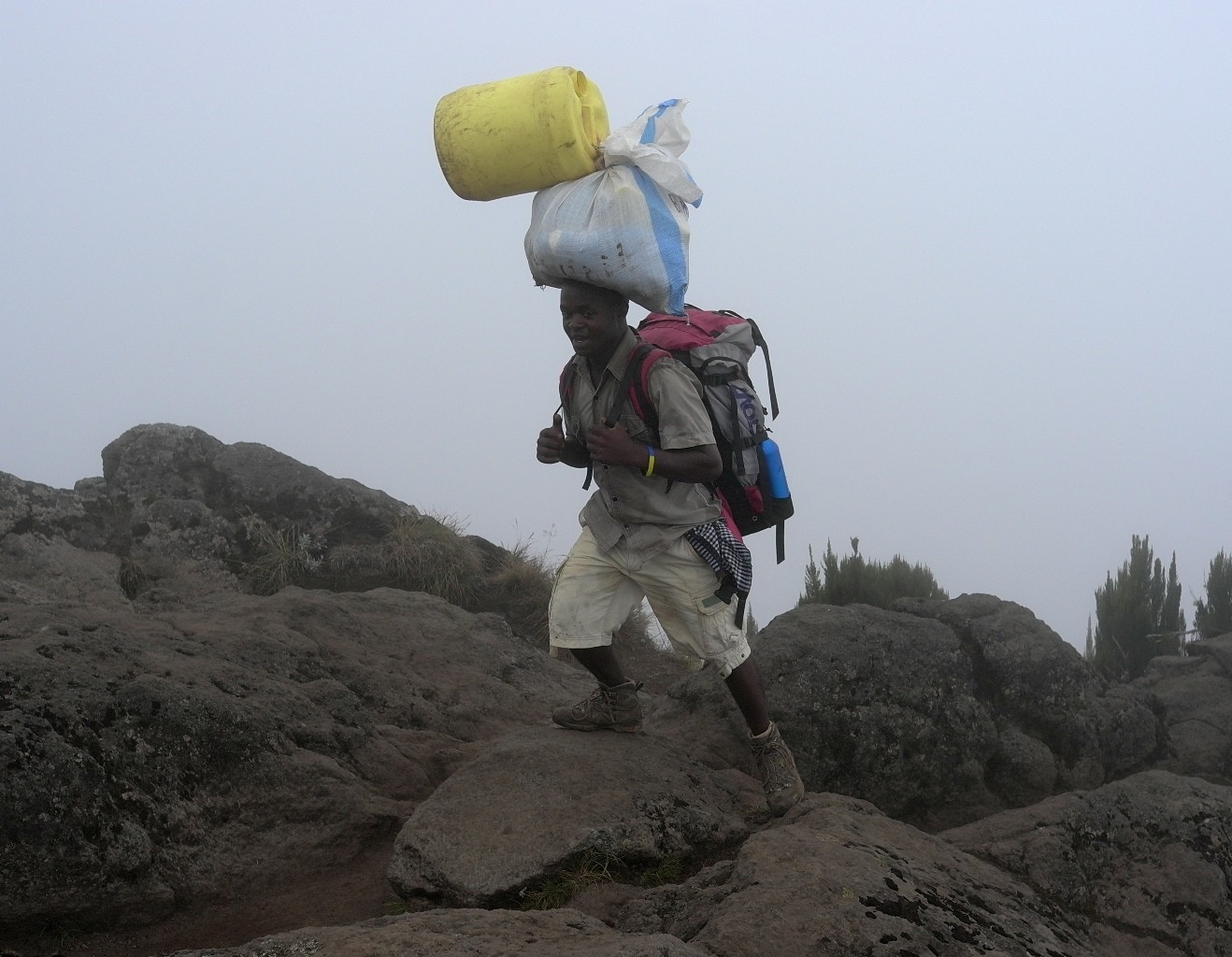 Porteur sur la voie Machame - Kilimanjaro - Tanzanie.