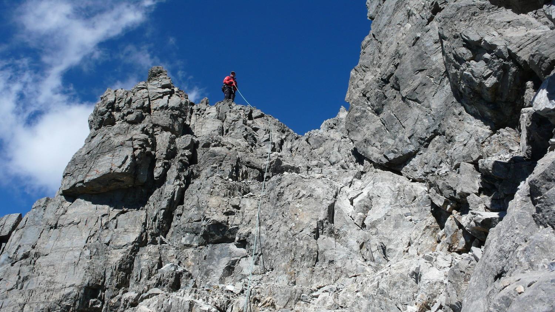 Au dessus d'une cheminée dans le début de la descente de la paroi rocheuse