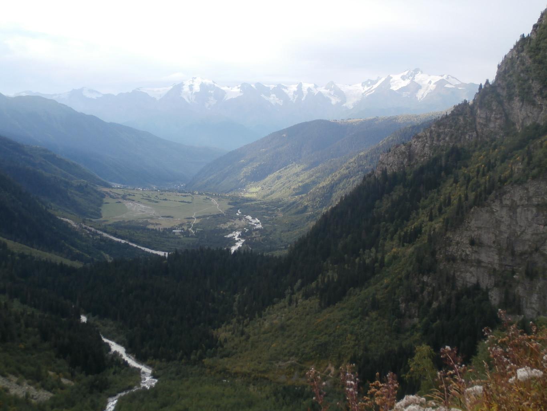 La vallée de Mazeri, au fond la chaîne de Svanétie avec le Laila le plus haut (le seul 4000) , à droite