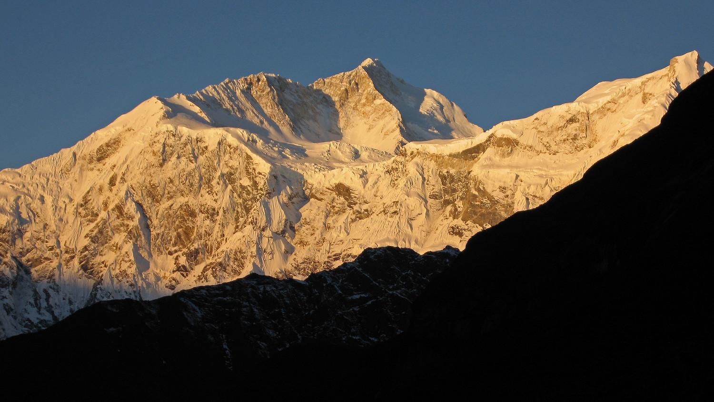 Tibet , vallée de Kangshung, lever de soleil sur le Makalu (8481m) et le  Chomo Lonzo (7804m)