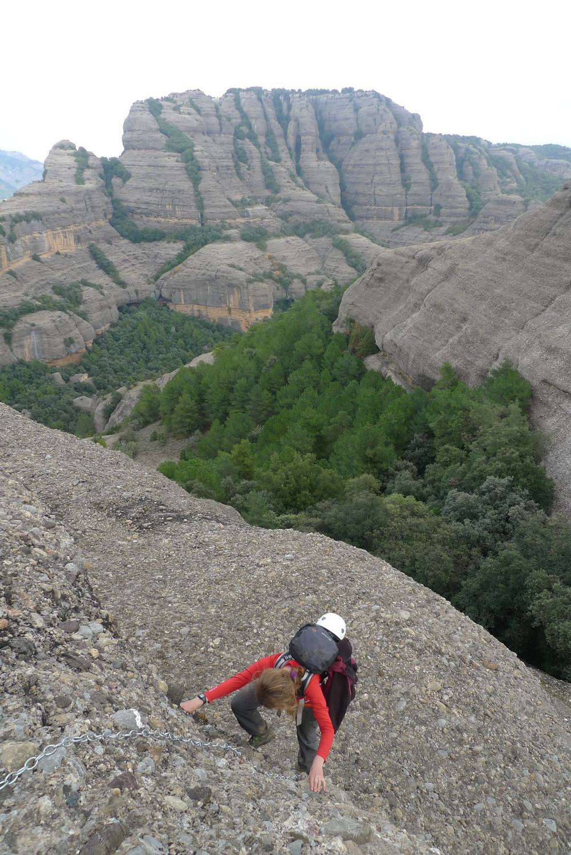 Accés a la roca del Corb, amb la mola de Sant Honorat al fons