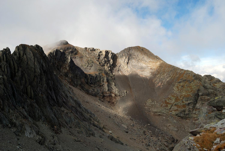 A destra la quota 2717m e la cima del Monte Aga 2720m dal vallone di NE