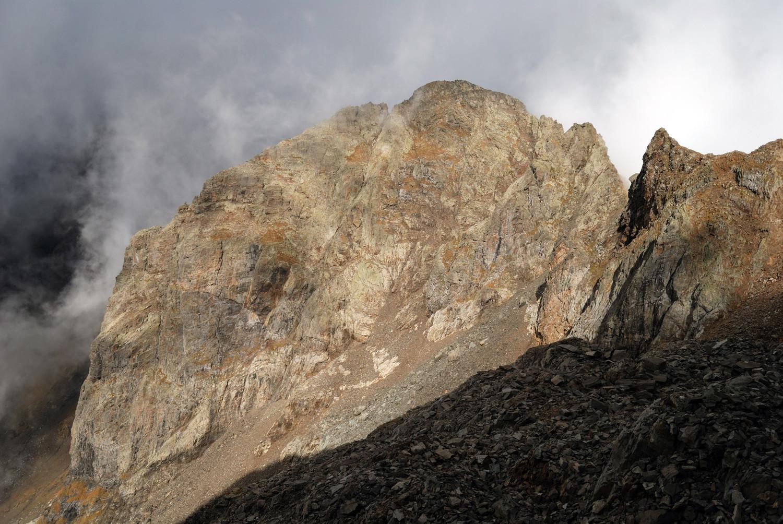La parete W del Pizzo Poris 2712m la via normale da questo versante fa la cresta di destra