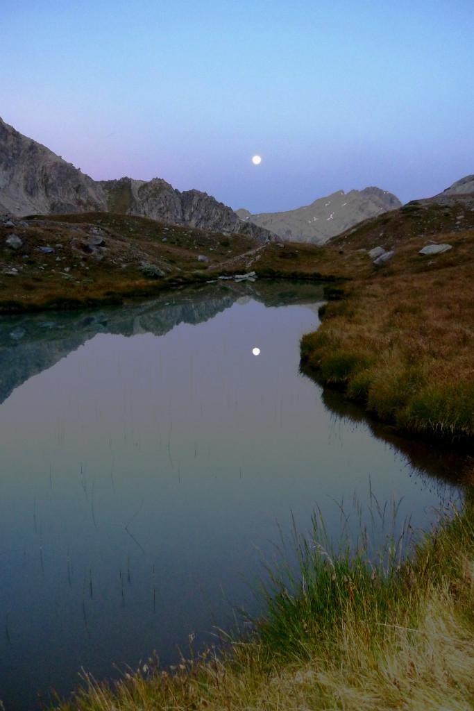 Reflet de lune au lever du jour. Aout. Italie