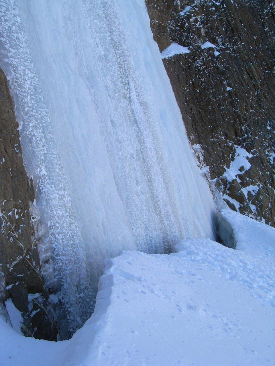 Le pied de la cascade et sa rimaye