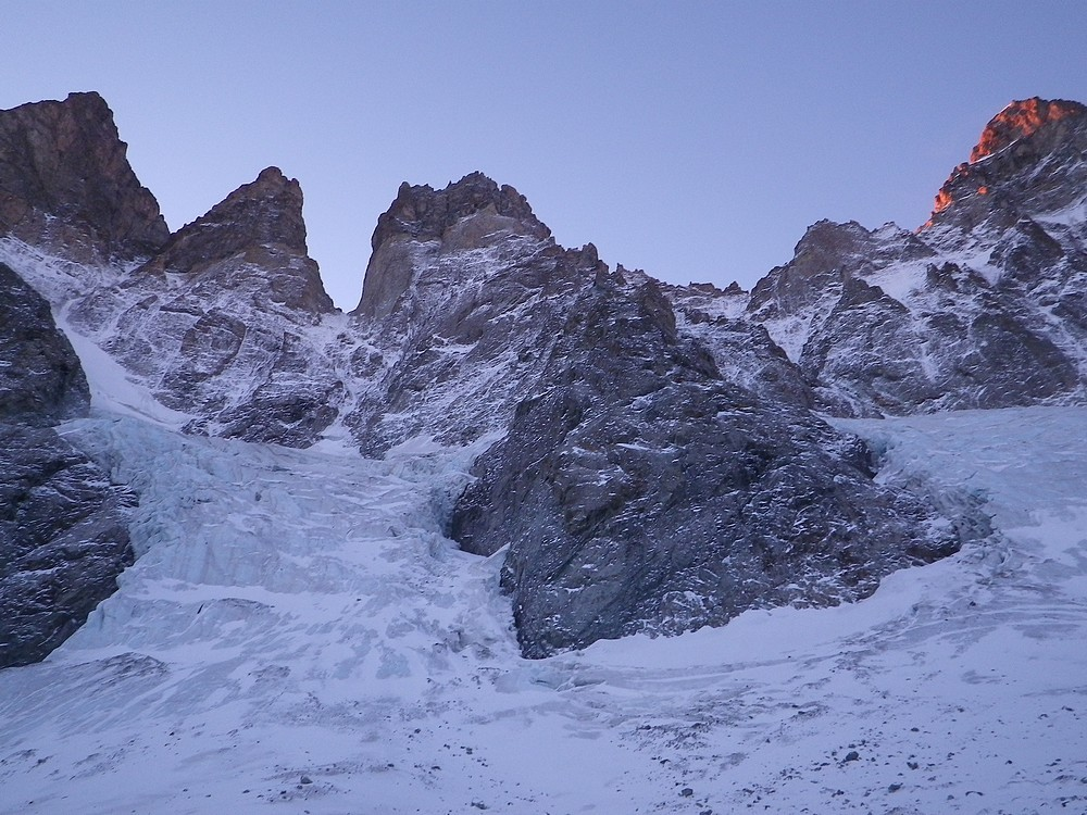 Depuis le Glacier Noir, vue sur l'attaque des couloirs du Coup de Sabre et du Col du Glacier Noir.