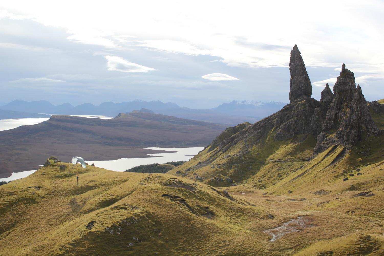 Au Old Man of Storr, éperon basaltique avec vue sur la côte déchirée