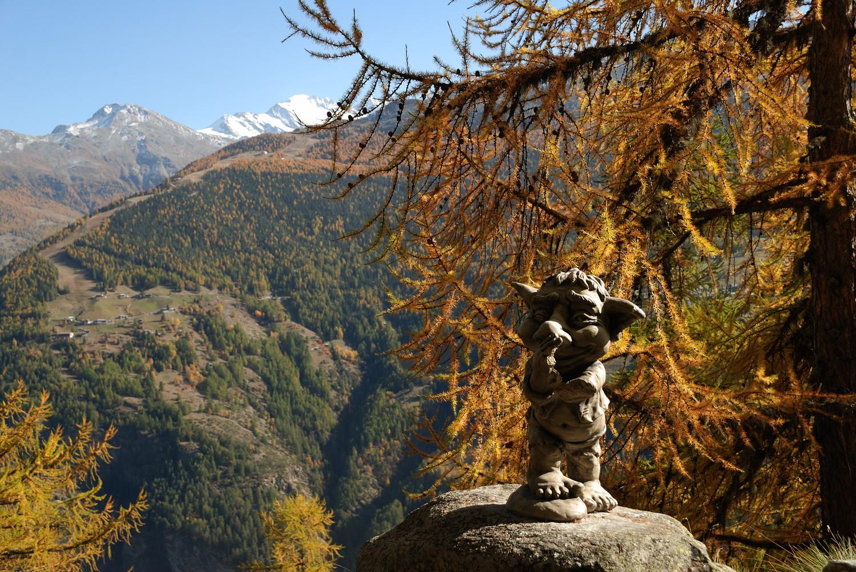 Sentiers des Trolls et des Yaks entre Embd et Törbel. Au fond le Weissmies (4023m)