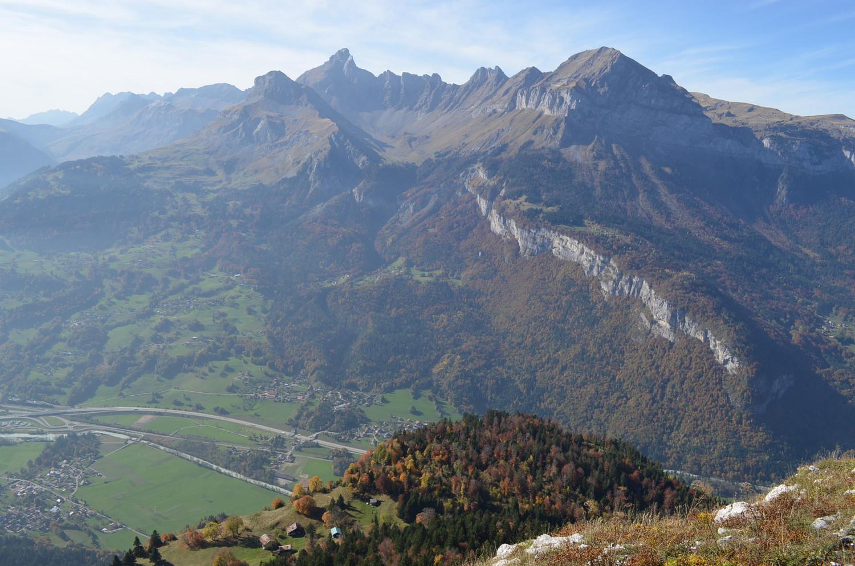 Tête de Lassy - du sommet, vue sur les Aravis, en contrebas les Arcets