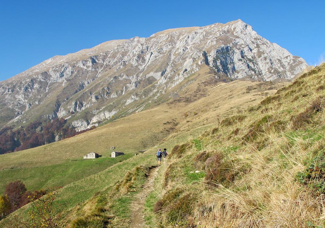 Pizzo della Pieve: Alpe Prabello. Visibile per intero la cresta del Cornell Büs.
