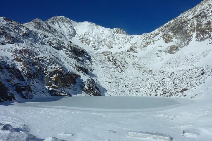 Lac glacé du Carlit au pied du couloir Est