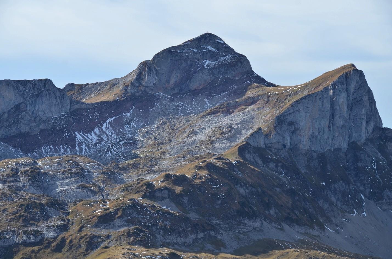 Cornettes de Bise 2432m et Tête de Lanchenaire, vues depuis arête W de la Grande Jumelle