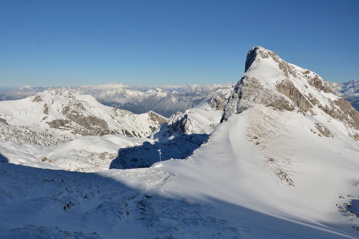 col sans nom 2250m, rochers de Chaudin, au fond Grande Jumelle 2215m et Grammont 2172m
