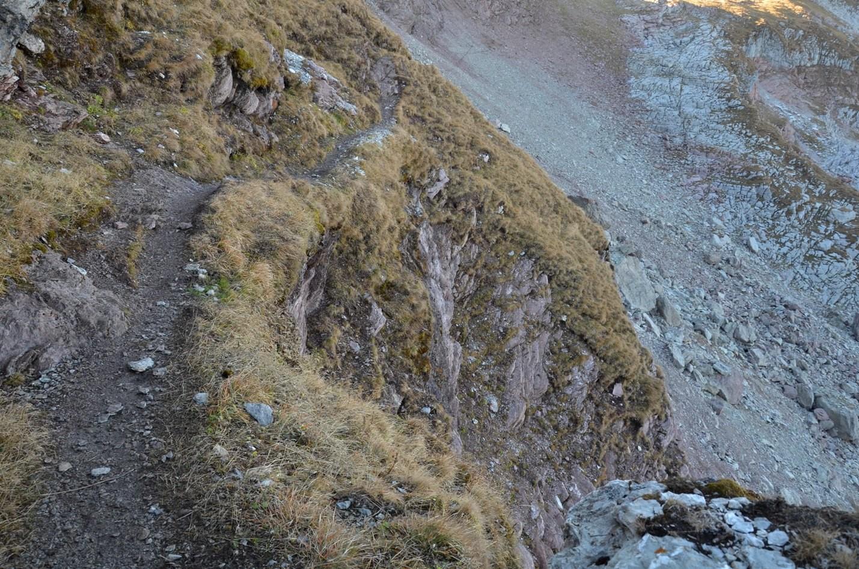 Section de sentier assez exposée avec barres rocheuses près du col 2250m