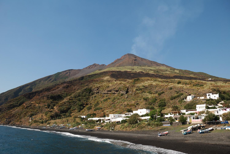 Arrivée à Stromboli - d'en bas le volcan paraît assoupi, mais il n'est sera rien !