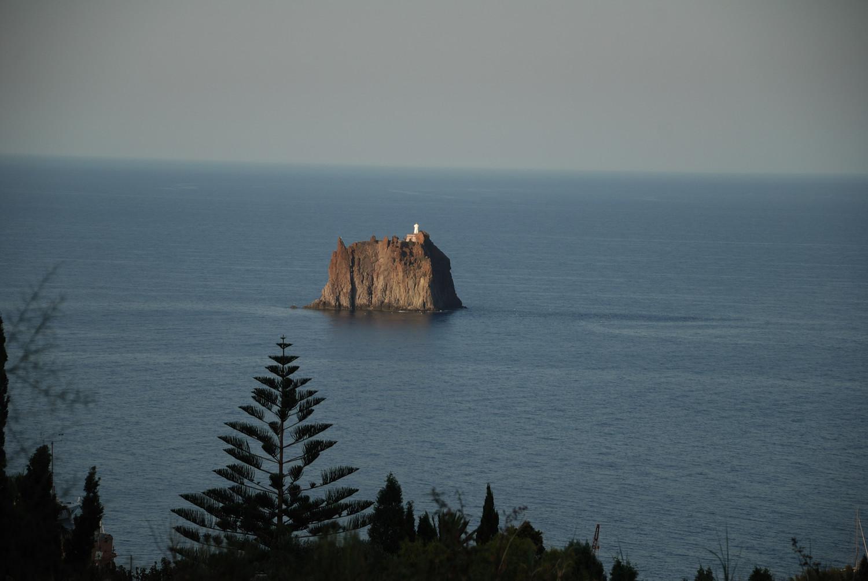 Îlot - phare de Strombolicchio, un reste de l'ancien volcan