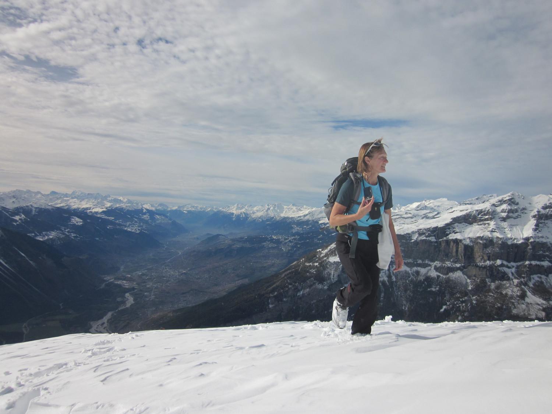 Christiane  au sommet, vue sur la vallée du Rhône
