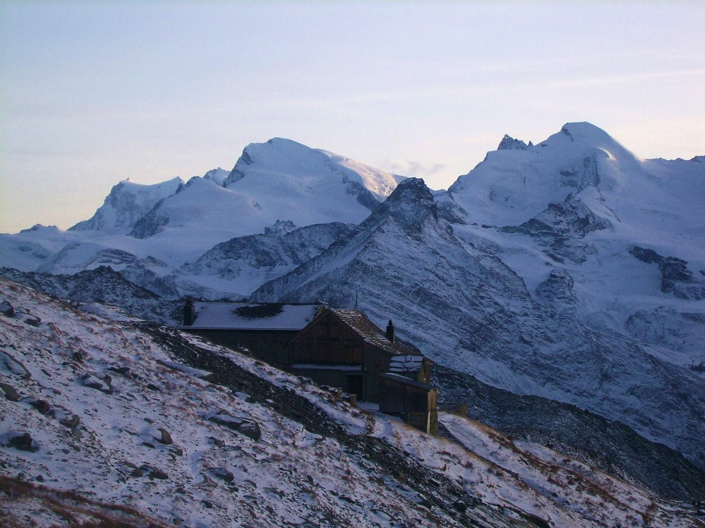 La Weissmieshütte, devant Strahlhorn et Allalinhorn
