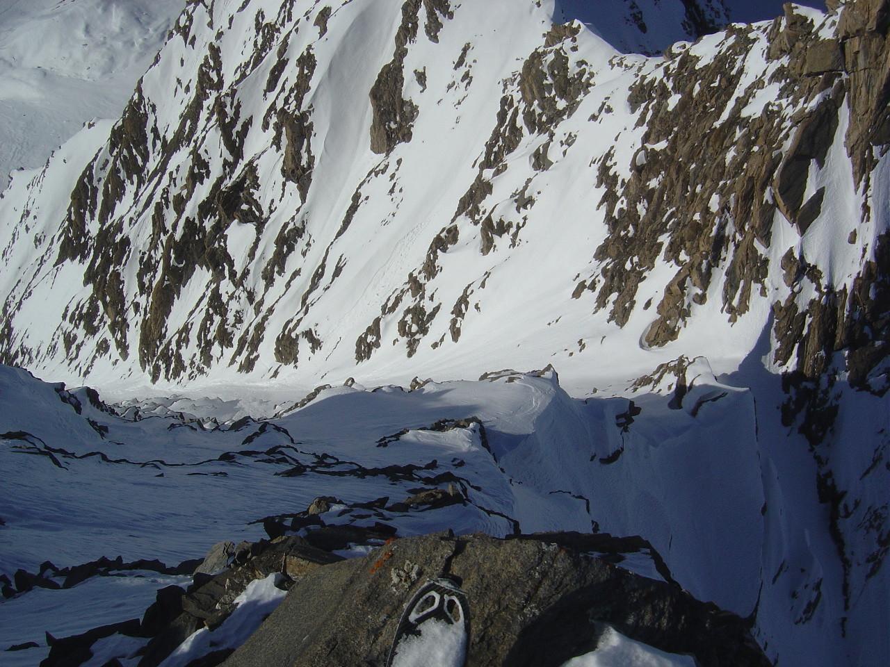 Vue plongeante du sommet sur l'arête NW et le couloir W, au soleil, à gauche