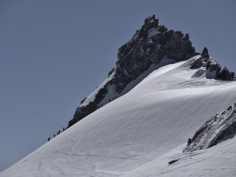 Gébroulaz/Des alpinistes, bien plus silencieux que les skieurs sur la carapace de verglas, fricotent autour de l'aiguille de Polset
