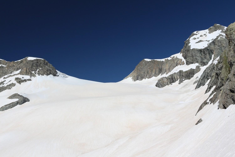 Montée sur le glacier des Rouies ; l'objectif est en vue (à droite)