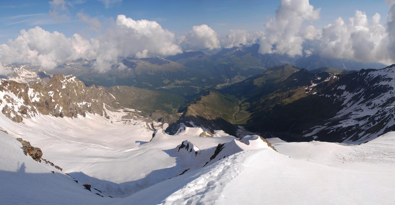 Salita alla Cima Piazzi da quota 3250m presso lo spigolo N vista verso la Val Lia a destra e di Cardonè a sinistra