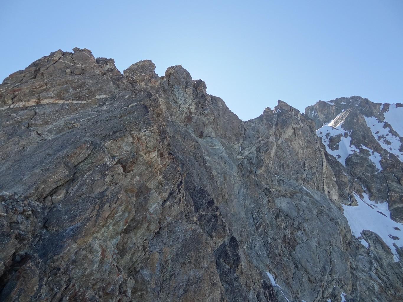 Depuis R4, vue vers le haut : la partie la plus raide du pilier et l'arête