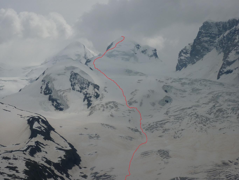 Itinerario di discesa dal Polluce sullo Schwarze Gletscher. A destra della cima è visibile lo Schwarz Tor (Porta Nera)