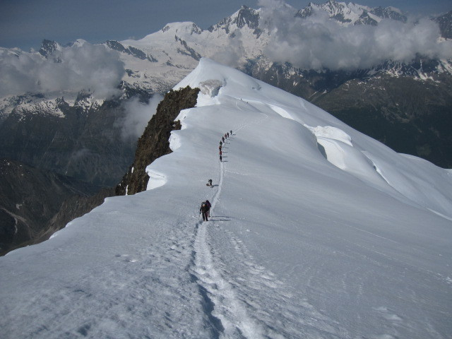 La cresta finale di salita alla Weissmies. Sullo sfondo sono viisbili l'Alphubel ed il gruppo del Michabel.