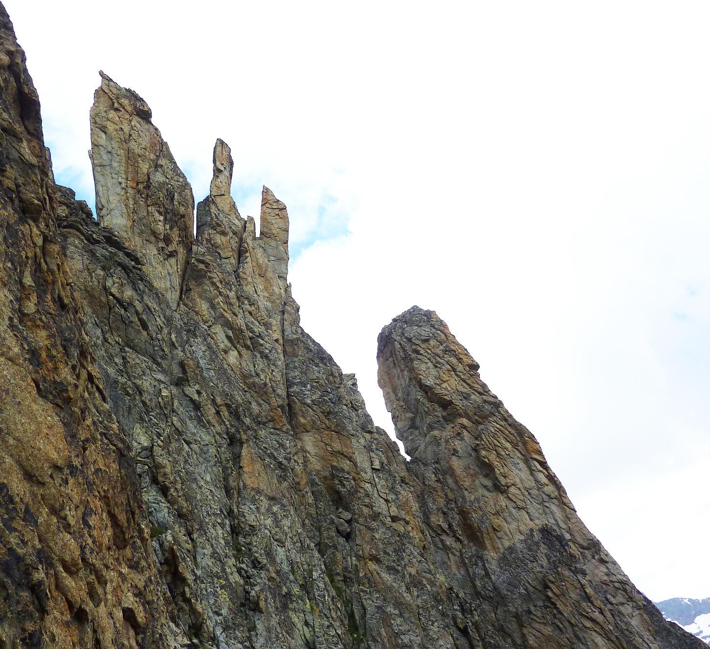 Sommet du pilier E à droite, suite de l'arête à gauche...