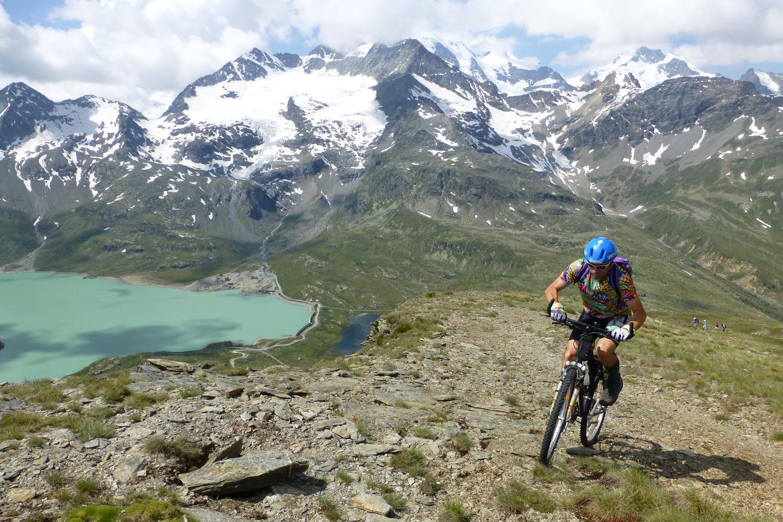 Bernina, Lago nero e Bianco, quasi più bello filmare che pedalare....