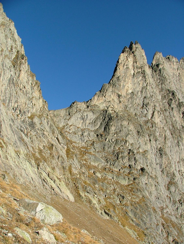 Col des Chasseurs : passage inférieur versant W, quelques goujons et maillon en place