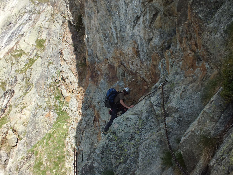 Via ferrata d'accès au refuge Borelli, maintenant nous montons au dessus du monde ... en fait des guides-secouristes du Val d'Aoste en entrainement