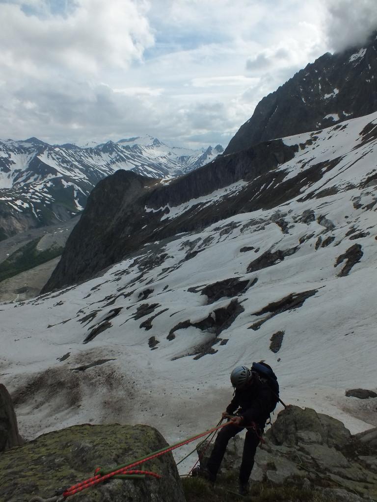 Col des Chasseurs, 1° rappel d'accès au glacier du Fréney, bien bouché (2*25 m pour atteindre la neige à cette date)