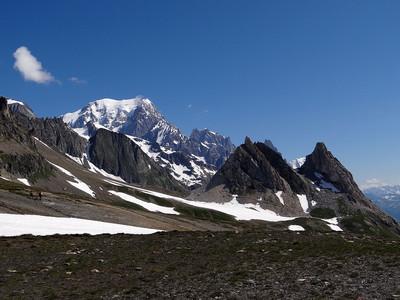 Pyramides calcaires et mont Blanc en arrière plan depuis le col de la Seigne