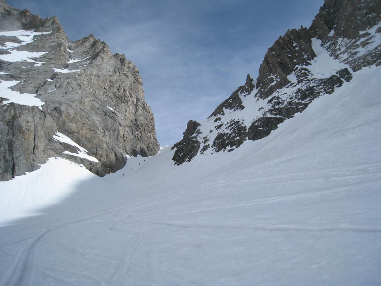 les 4 skieurs montent à pied la partie supérieure du couloir vers le col de la gde Casse