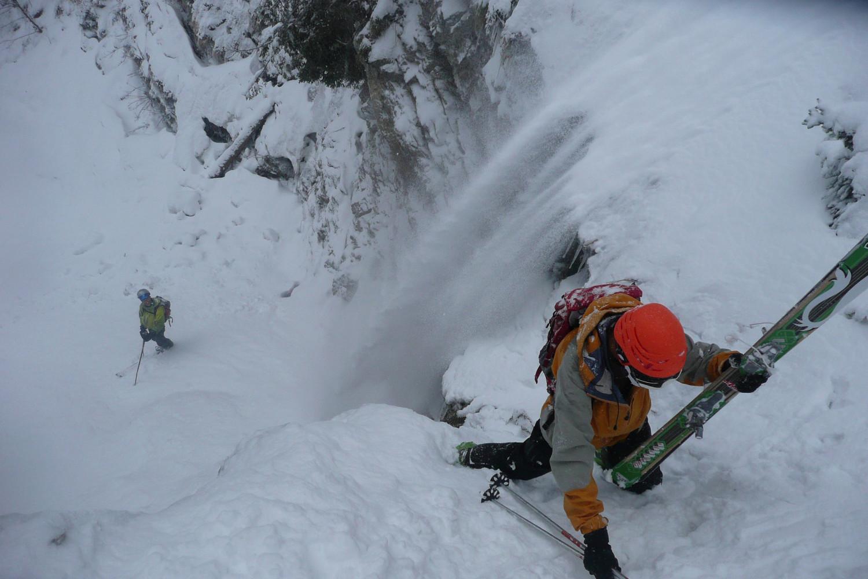 Cascade d'eau et de neige au couloir N du Vermorel