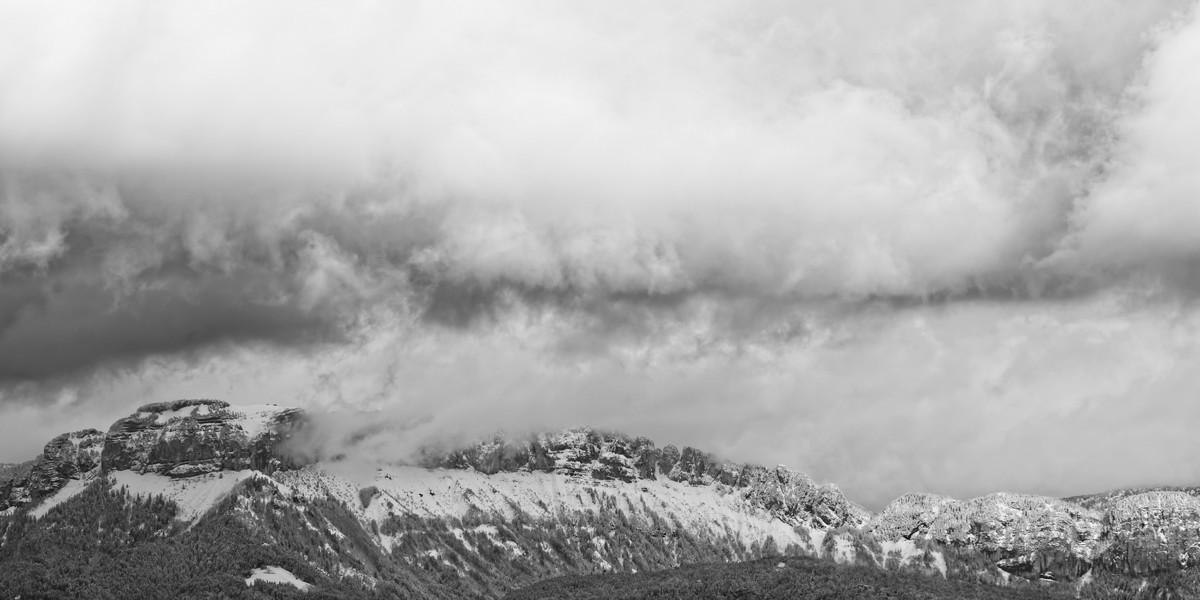 Le Parmelan sous un ciel chargé