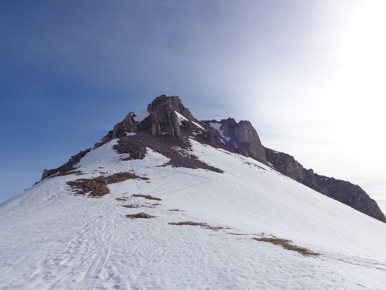 Accès encore un peu enneigé direction le sommet