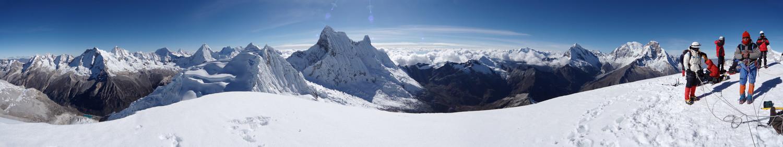 Nevado Pisco, Peru, Panorama vom Nevado Pisco, Bergsteiger schauen auf die Cordillera Blanca