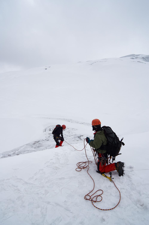 Cordillera Blanca, Peru, Bergsteiger beim Abseilen im Schnee