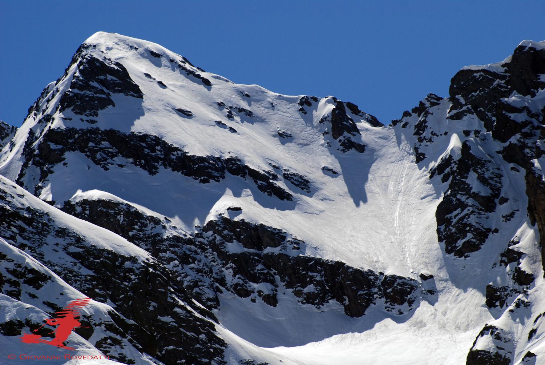 La ripida parete N di circa 300m di dislivello  del Pizzo di Scotes 2978m, ripresa con il teleobittivo da Foppi 1320m ca
