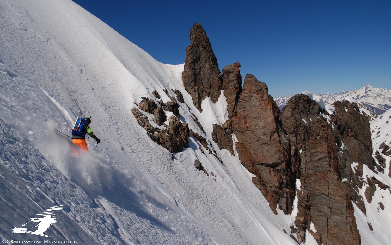 Valentino  lungo la parete N del Pizzo di Scotes, con gli estetici denti rocciosi della quota 2879m