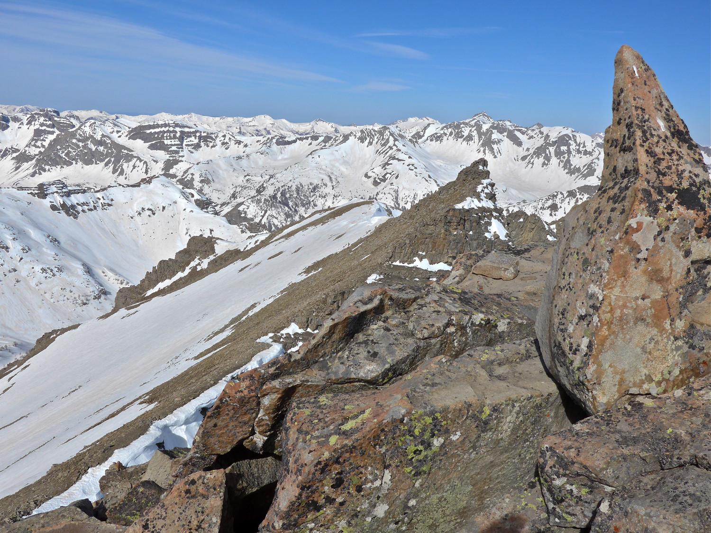coté W le gendarme 2903m et mes skis et la pente que je vais descendre.