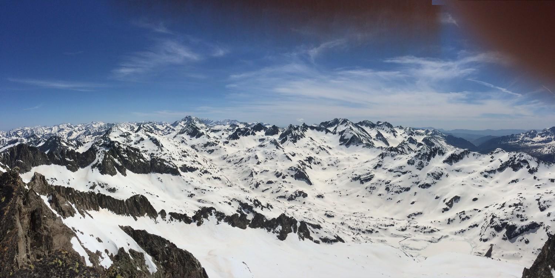 vue du sommet : vignemale, cambales, grande fache....