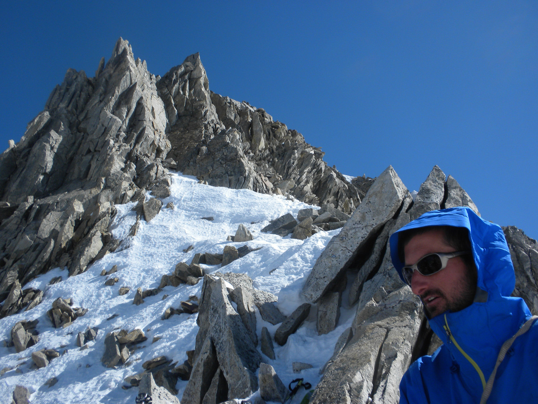 Au Col, Guy Robert surveille la descente et assure ceux qui montent!