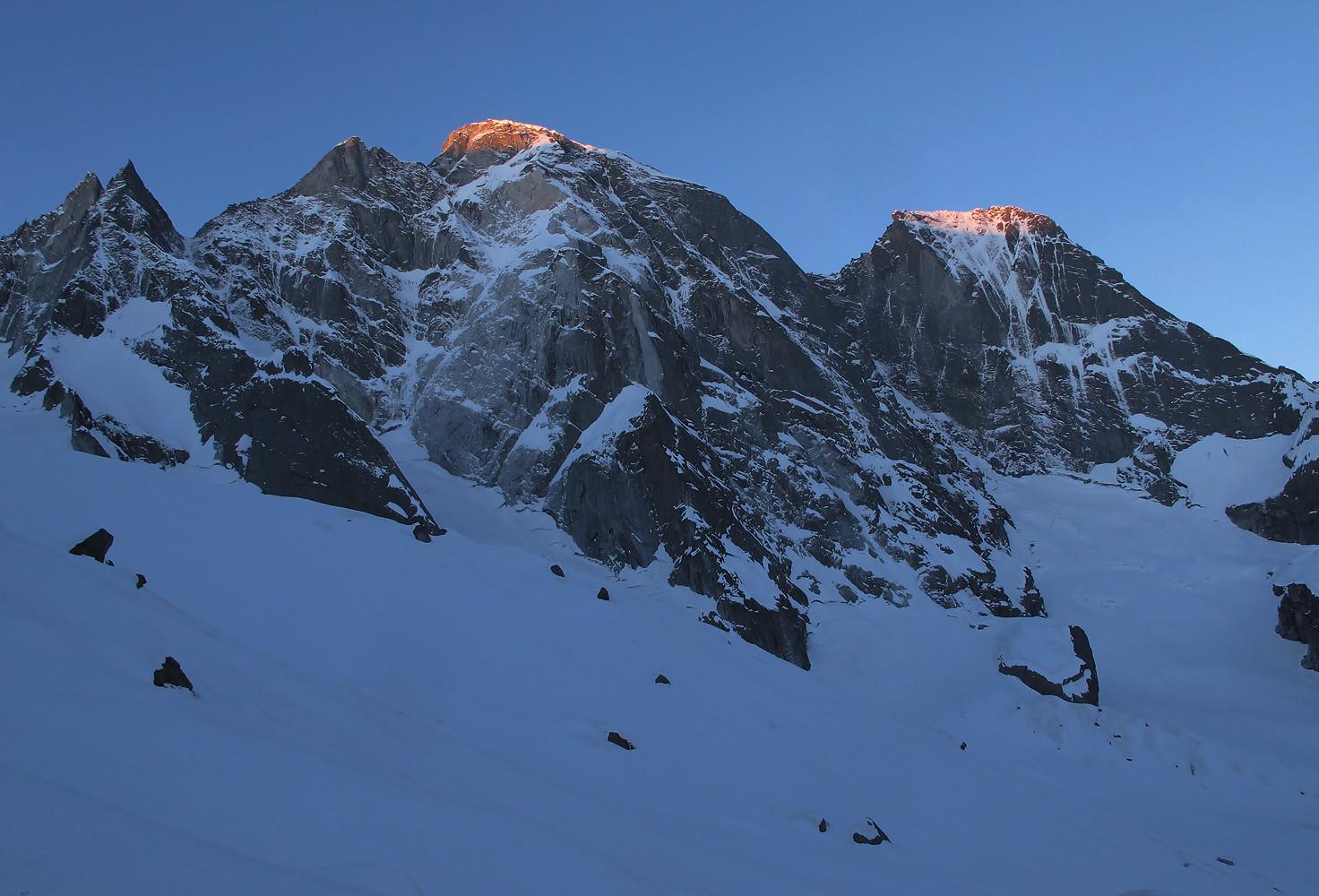 Cima della Bondasca; primi raggi di sole sui giganti del ghiandone....
