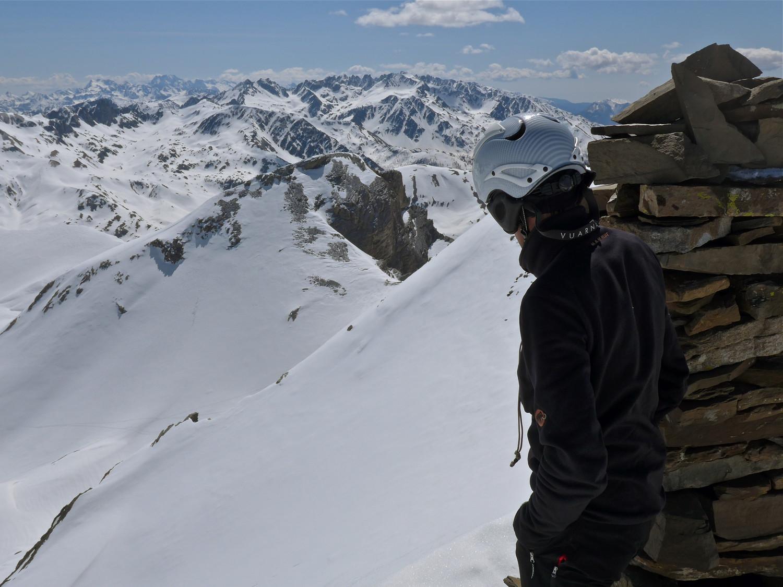 Du sommet vue vers la Tête Carrée et au loin les sommets de Vens.