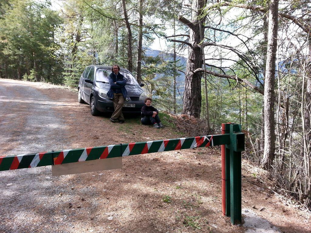 Barrière fermée pour rejoindre la route des Ayes